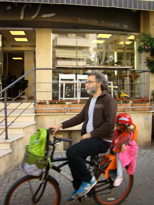 Es habitual ver padres llevando a sus niños en la bici