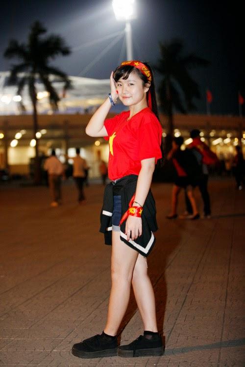 Cô gái khóc tại giải U19 nổi bật cổ vũ đội tuyển Việt Nam