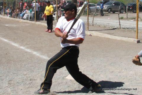 Ángel Salinas de Agua y Drenaje en el softbol del Club Sertoma
