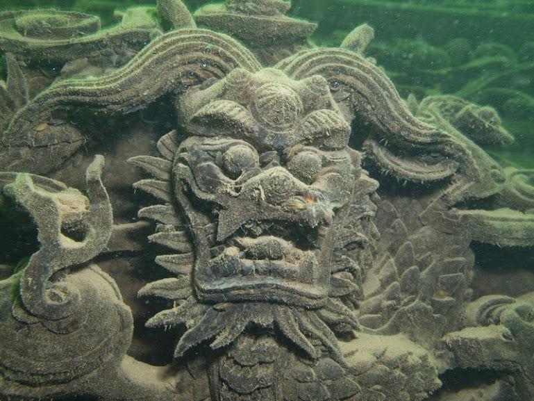 Apenas em 2002 foram encontrados os primeiros resquícios da cidade milenar submersos a 40 metros de profundidade