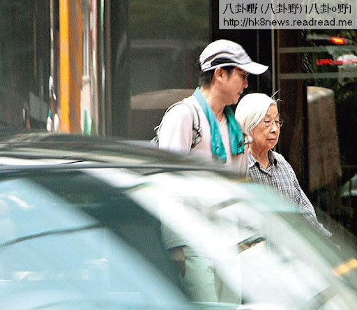 周一( 29日),早上 11時,劉松仁接母親到銅鑼灣睇醫生,全程照顧到足,非常細心。