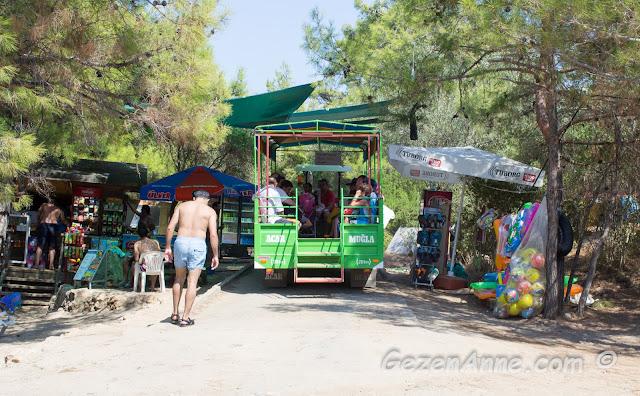 büfe, top terlik satan seyyar ve insanları plajdan götüren traktör, İncekum