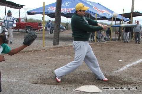 Luis Guajardo de Ponchados en el softbol del Club Sertoma