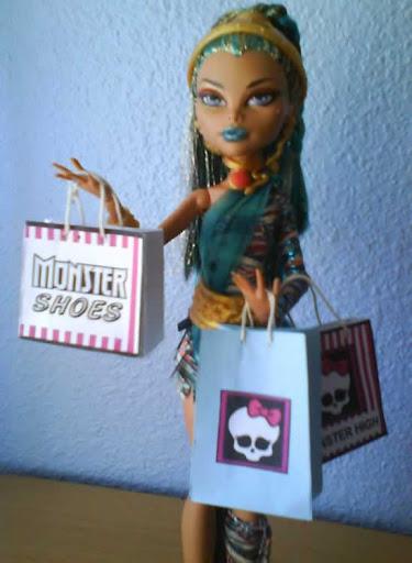 ¡¡¡Me encantan las bolsas que lleva Nefera en esta foto!!! Me la ha enviado Lekim, junto con las del reto de julio (Jackson Jekyll sireno)
