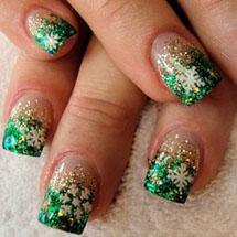unhas com glitter verde decoradas com flocos de neve branco para o Natal