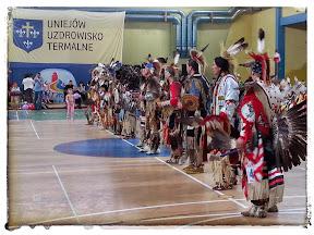 na zdjęciu Indiańskie stroje podczas festiwalu indiańskiego w Uniejowie POWWOW