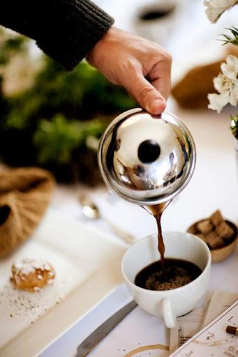 pouring-coffee.jpg?gl=DK