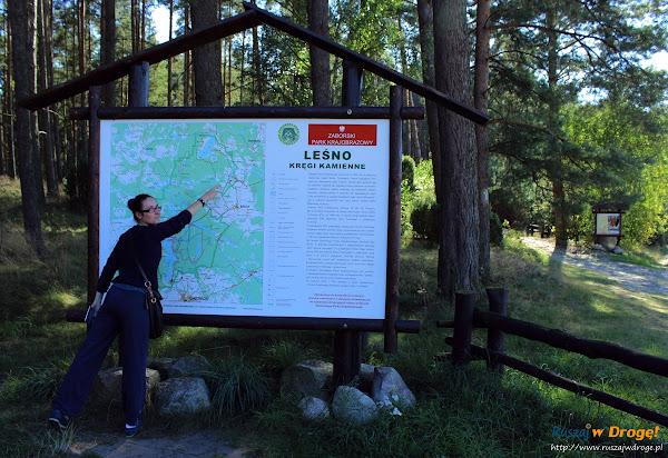 Kamienne Kręgi - wejście na szlak w Leśnie