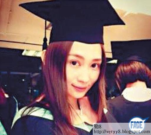 上年 6月 Carol畢業,一直被稱為浸大 E神,其實佢只係浸大人文學學位銜接課程畢業,計落只係大專生,之後仲去咗北京學普通話。