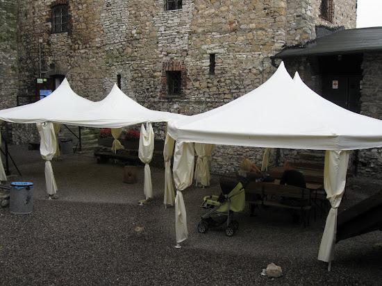 zamek będzin dziedziniec ze szpeczącymi białymi namiotami