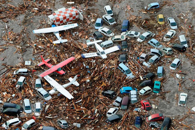 https://lh5.googleusercontent.com/-A0ZVKXWyQnY/TXpEYMy-dlI/AAAAAAAABg4/00LpGGFkcI0/s1600/japan-tsunami-earthquake-photo-stills-009.jpg