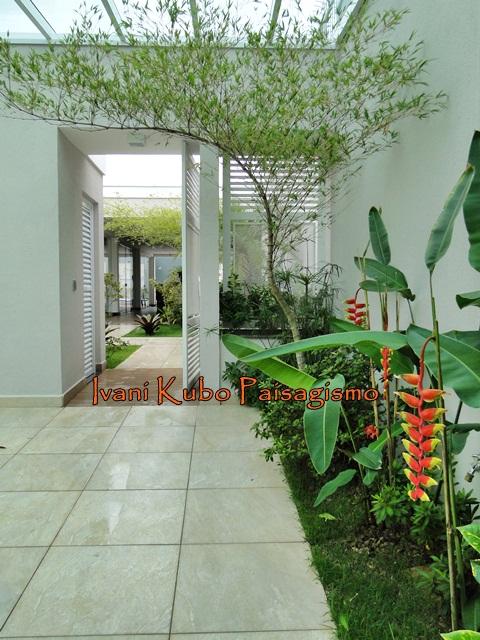 Jardim da Frente com passarela para os demais espaços da casa