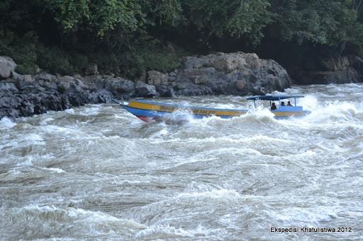 Sebuah Long Boat berupaya menerjang Riam Panjang Sungai Mahakam di Long Pahangai
