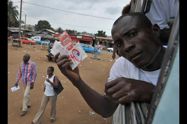 Hombre muestra condones en la campaña contra el SIDA en el África Occidental  ©Global Post