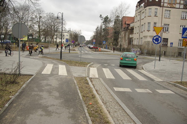 Drogi rowerowe są w wielu miejscach asfaltowe i w miarę blisko ulic, a drogi wyjazdowe nie przecinają drogi rowerowej