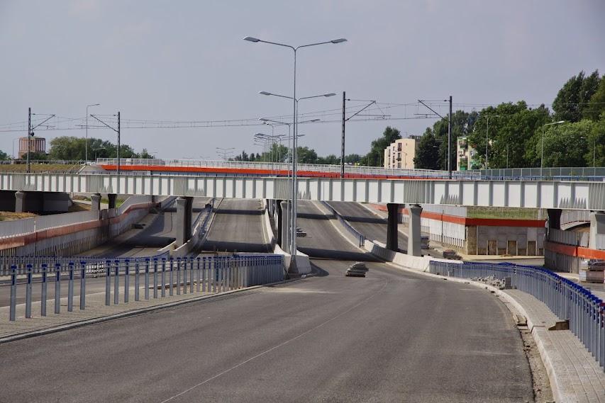 Wiadukt kolejowy a pod nim 8 pasów ruchu. To jeszcze miasto czy węzeł autostradowy?
