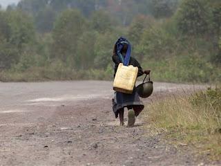 Un enfant d un soldat des FARDC sur la route entre Goma et Rutshuru après la chute de cette dernière cite entre les mains des rebelles du M23, le 10 Juillet 2012. © MONUSCO/Sylvain Liechti