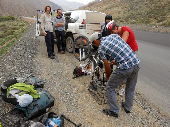 Spontan-Hilfe beim Aufpumpen durch GIZ-Mitarbeiter und einen vorbeifahrenden Kirgisen mit seiner Auto-Pumpe