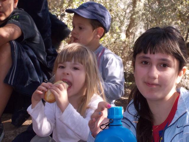L'Ana mejant un entrepà