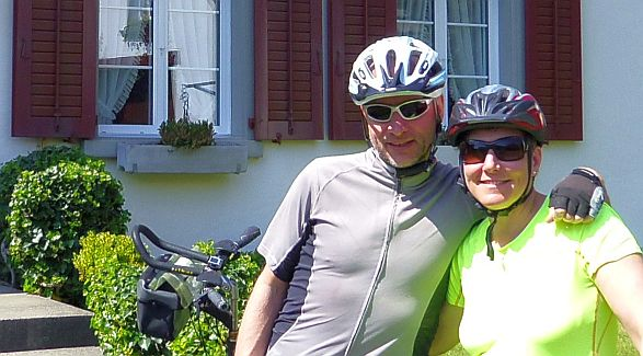 Miri und Chris on the Bike in Wettingen