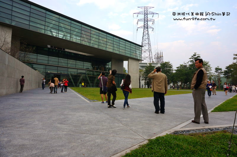 跟著人群走,就會到了亞洲現代美術館門口唷