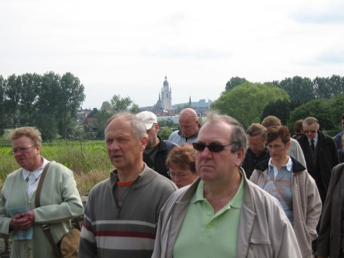 Langs velden en weides rond de OLV basiliek  van Halle.