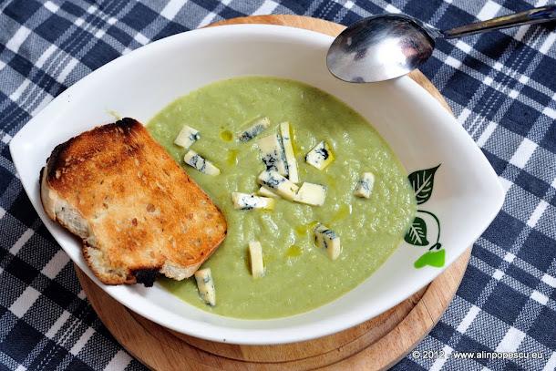Supa crema de broccoli cu branza cu mucegai nobil si crutoane