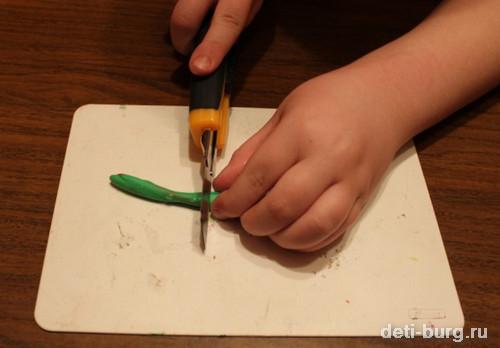 канцелярским ножом нарезаем полоски