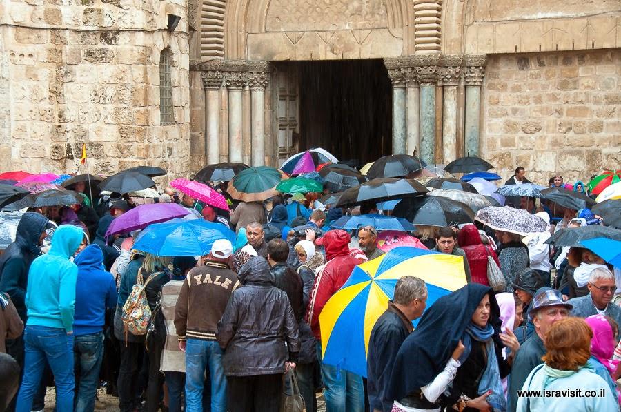 Храм Гроба Господня. Люди у входа в день схождения Благодатного огня.