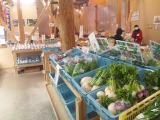 産直野菜コーナー。地元の野菜がずらりと並ぶ。