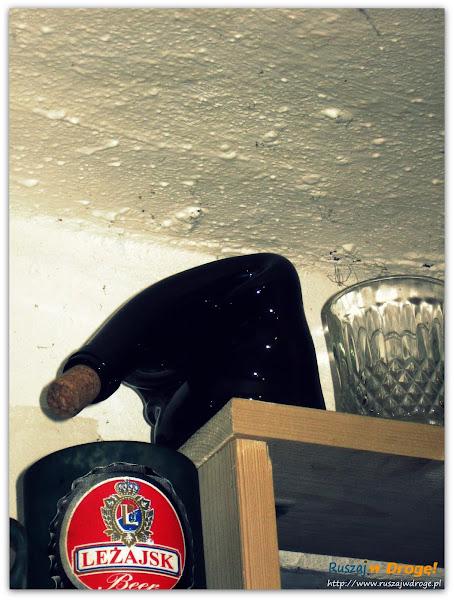 butelka o nietypowym zwisającym kształcie