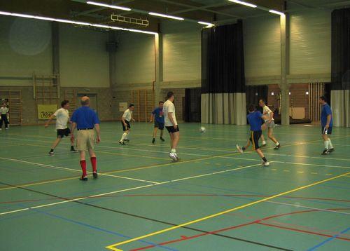 En dan is er voetbal: Gooik & Strijland (in het blauw) - Leerbeek: 1-4