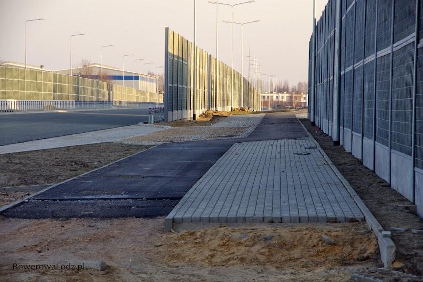 Kolejny peron przystankowy na nieplanowanej (przez ZDiT) linii autobusowej. A co za tym idzie konieczność wywijasów drogi dla rowerów.