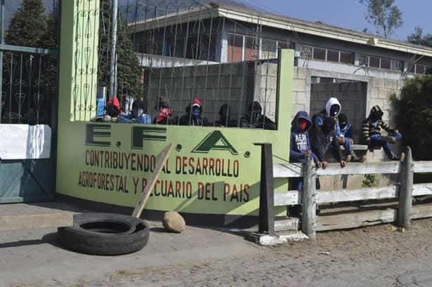 Estudiantes toman las instalaciones de la EFA