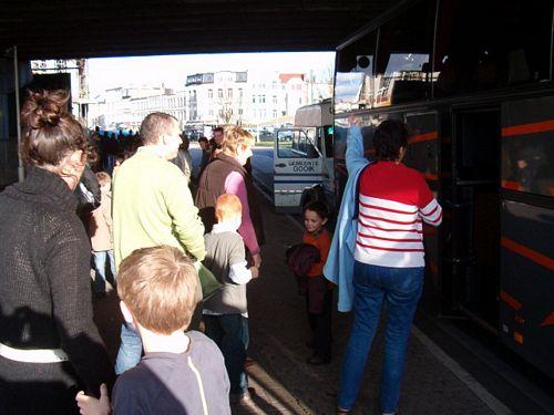 De Gooikse delegatie komt aan in Antwerpen met grote bus en het busje van de gemeente.
