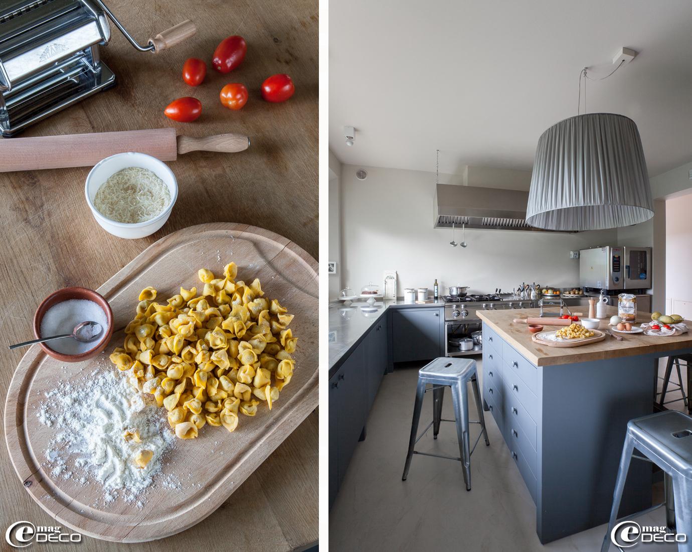 Dans la cuisine de la maison d'hôtes 'Malatesta', suspension dessinée et réalisée par Orietta Marcon, tabourets 'H' chez 'Tolix', cuisine professionnelle en inox de chez 'Mareno'