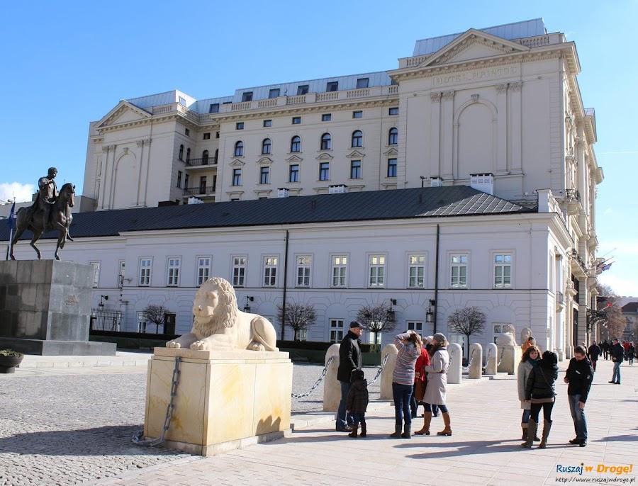 przed Pałacem Prezydenckim w Warszawie