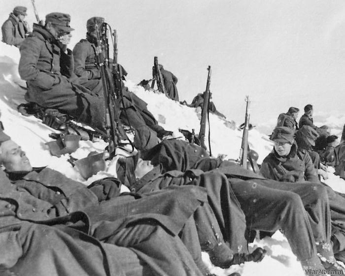 Горные егеря вермахта на привале в скалах Кавказа