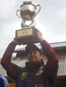 優勝カップ持ち 加藤プロ