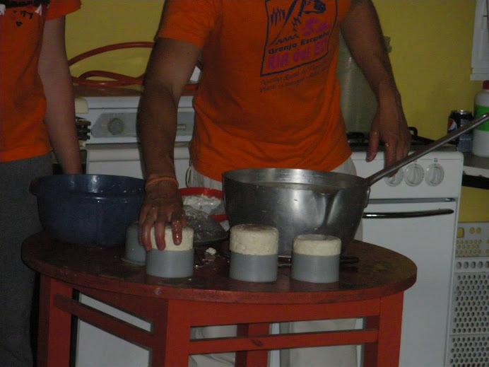 Nos enseñan a hacer queso