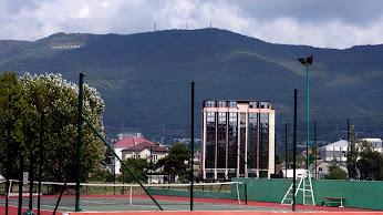 https://lh5.googleusercontent.com/-B2l2NmbXCgc/Ug6JIn-9W5I/AAAAAAAAEfM/kzB_YiToiOg/w346-h194/Tennis+court.jpg