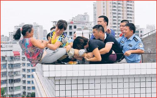 Adegan cemas di atas bumbung