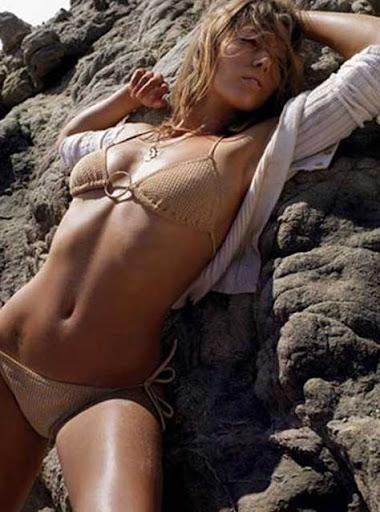 Jessica Biel sobre las rocas