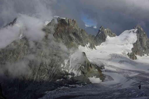 Le mont Collon (dans les nuages) et l'Évêque vus depuis la cabane des Vignettes