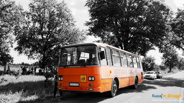 postój wesołego autobusu przed cmentarzem w Perdonowie