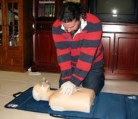 Miembro de Gemosclera realizando prácticas de RCP