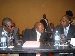 Charles Okoto, abbé Malu Malu et Raymond Tshibanda, trois membres de la délégation du gouvernement congolais aux pourparlers de Kampala (Photo Innocent Olenga)