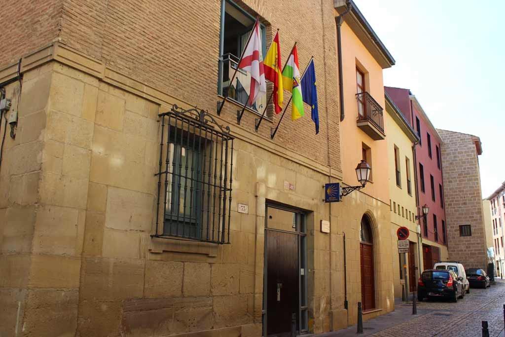 Entrada al albergue de peregrinos municipal de Logroño :: Albergues del Camino de Santiago