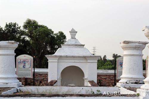 pintu pagar makam