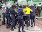 Des arbitres et des officiels de la fédération congolaise de football association(FECOFA) fuyant les projectiles après le coup de sifflet final du match RDC-Côte d'Ivoire  (1-2), le 11/10/2014 au stade Tata Raphaël de Kinshasa. Radio Okapi/Ph. John Bompengo